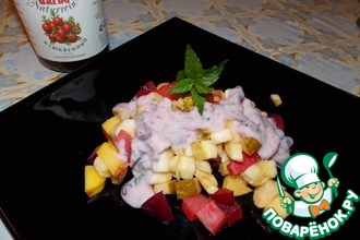 Фруктовый салат с йогуртом и клюквенным соусом