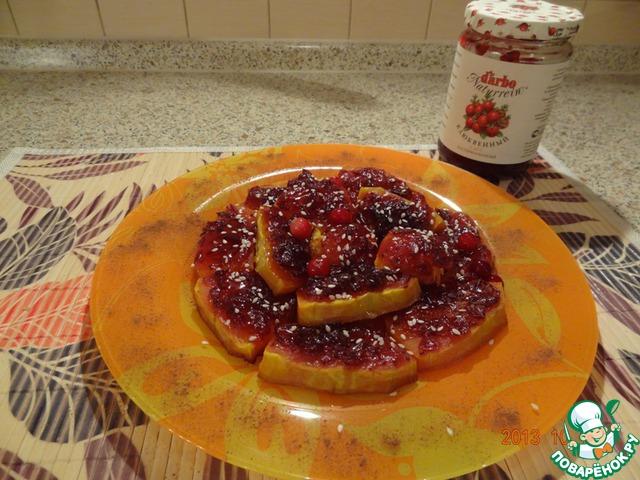 Запеченную тыкву выложить на плоскую тарелку, полить медом, посыпать кунжутным семенем. Посыпать корицей. Десерт употребляют теплым. Приятного аппетита