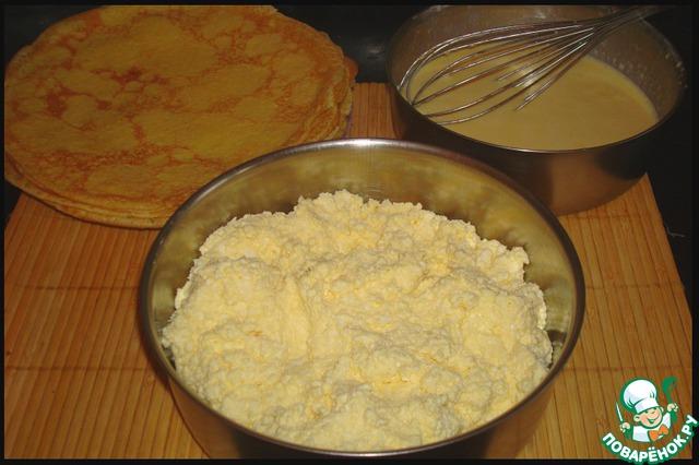 Блины лучше печь на большой сковородке, тогда их понадобится меньше. Мне для формы 24 см в диаметре понадобилось 12 блинов, выпеченных на большой сковороде.    Для начинки нам нужно творог перетереть с 2-3 ст. л. сахара и одним яйцом до однородности. Можно пробить в блендере.    По желанию в начинку можно добавлять сухофрукты или не очень сочные ягоды.    Для заливки взбить два яйца с 2 ст. л. сахара и сливками (сметаной).