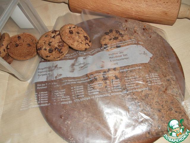 Печенье измельчаем в блендере в крошку - я измельчила в пакете для замораживания скалкой.   Печенье в этом рецепте рекомендуется такое, именно шоколадное cookies.    Если такого печенья вы не найдёте, используйте любое другое шоколадное рассыпчатое.