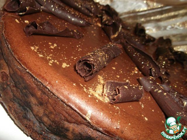 Украсить шоколадной спиралью из того же горького шоколада.   Я расплавила 50 г шоколада, вылила на ровную гладкую поверхность (мраморная доска, обратная сторона противня и т. п.), дала застыть до мягкого состояния и шпателем сделала стружку.    Конечно же, украшение может быть любым - на ваш богатый вкус!
