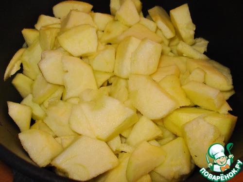 Яблоки почистить и нарезать на кусочки.