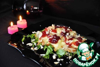 Тёплый салат из груш и моцареллы с клюквенным соусом