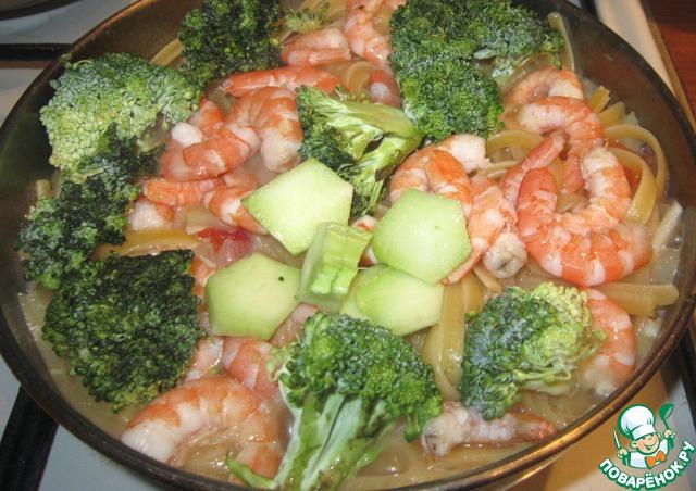 Затем положить брокколи и креветки. Накрыть крышкой и варить 5-7 минут.
