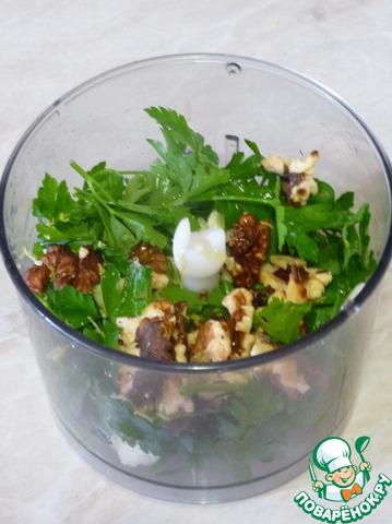 У зелени удалить грубые стебли. Порубить чеснок. Влить в чашу блендера масло, добавить соль, перец, зелень, чеснок, орехи. Перемолоть до однородного состояния.