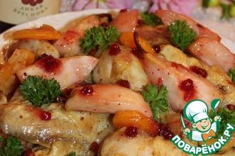 Курица с фруктами и брусничным соусом