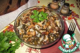 Салат из квашеной капусты, маринованных опят и морской капусты