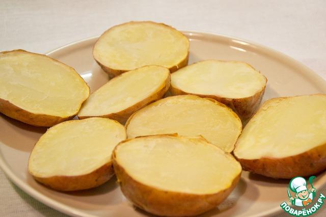 Готовые картофелины разрезать пополам.