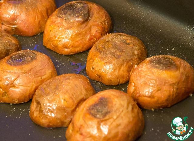 Лодочки еще раз слегка покрыть маслом (изнутри и снаружи). Перевернуть вверх дном, посолить и подсушить в духовке еще минут 5-8.
