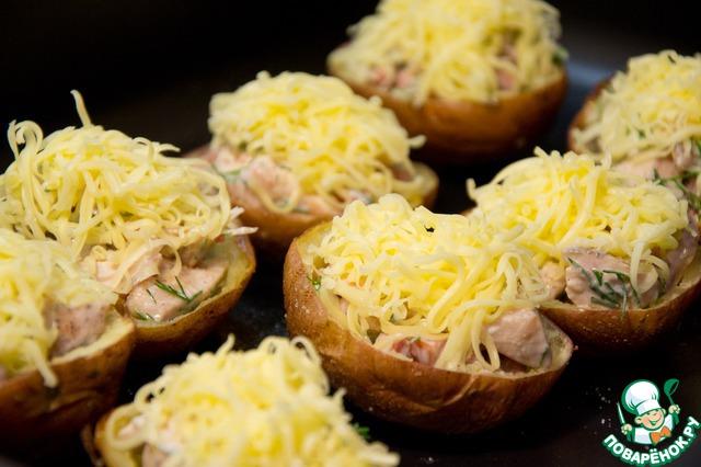 Наполнить начинкой лодочки. Присыпать тертым сыром. Поставить в духовку до расплавления сыра.
