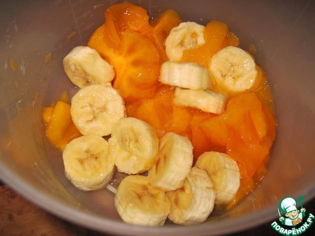 Мякоть хурмы и замороженный банан переложить в емкость, добавить лимонный сок.
