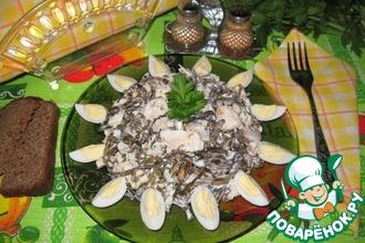Салат из морской капусты, белой рыбы и перепелиных яиц
