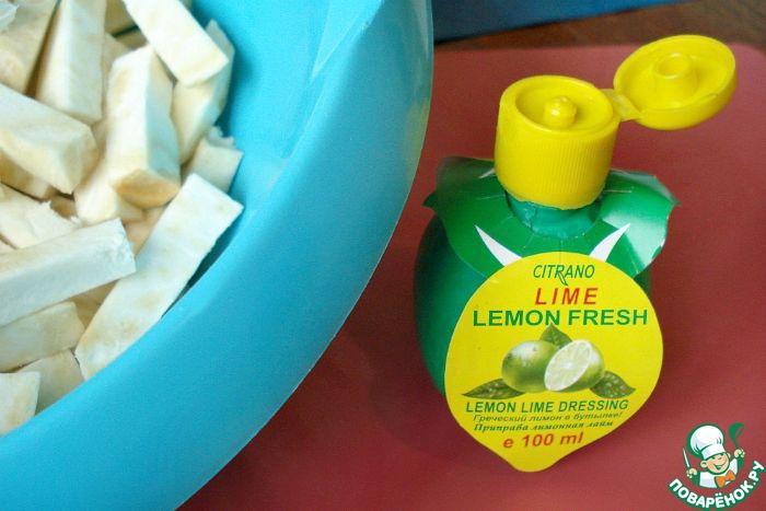 Режем произвольно, кто как привык картошку жарить. Я нарезала брусочками. Складываем в посуду и сбрызгиваем лимонным соком (у меня концентрированный сок лайма). Даём постоять минут 7-10.