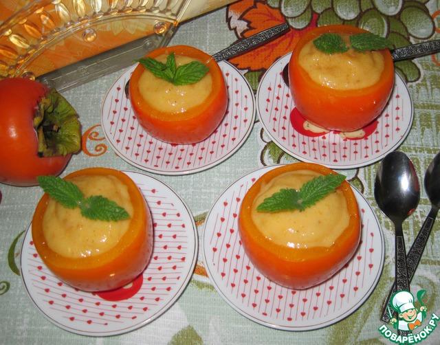 Заполнить стаканчики из хурмы мороженым, слегка посыпать корицей и украсить свежими листиками мяты.