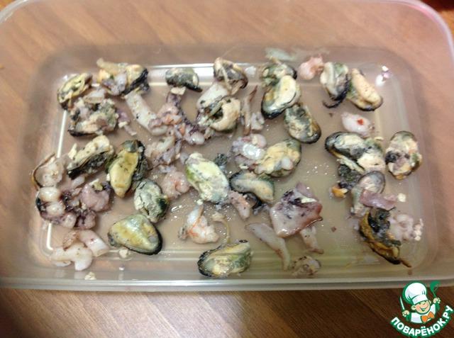 Выкладываем слой морепродуктов