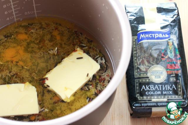 Для этого плова я использовала рис Акватика* - смесь коричневого, красного и дикого риса.    Плов я готовила в мультиварке (диаметр чаши 21 см) и лишь овощи и сухофрукты обжаривала на сковороде.     Итак, приступим. Рис промыть, поместить в чашу мультиварки и добавить воды из соотношения 1 часть риса - 2 части воды. Всыпать 1 ч. л. куркумы, немного посолить, положить 50 гр сливочного масла, включить режим Рис и готовить 40 минут.        *В оригинальном рецепте - Басмати, Жасмин или любой длиннозерный рис.