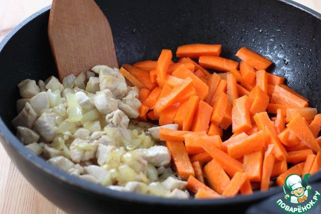 Морковь* нарежьте брусочками и добавьте в сковороду, обжаривайте все вместе еще 2 минуты.       *В азербайджанский плов морковь не кладут, но я не представляю плова без моркови.)