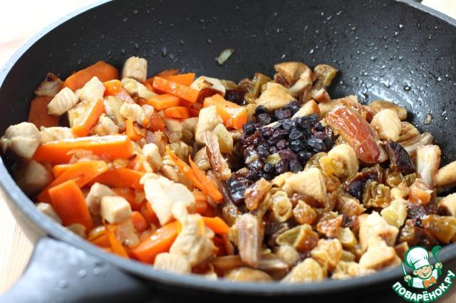 Всыпьте сухофрукты, приправу для плова и барбарис, немного посолите, готовьте, помешивая еще пару минут.