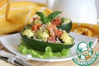 Салат с диким рисом, авокадо и красной рыбой