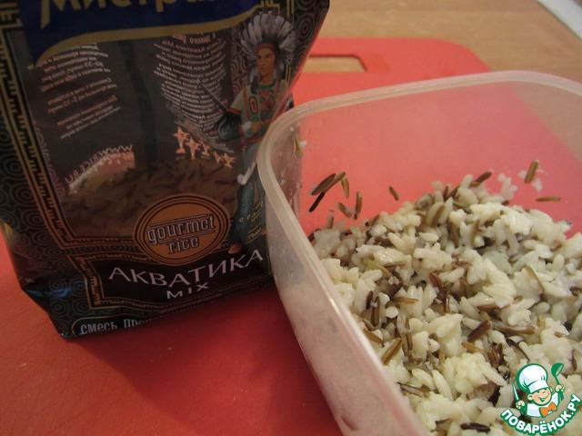 Отварим смесь дикого и простого риса. Для салата нам понадобится 1 стакан отварного риса.