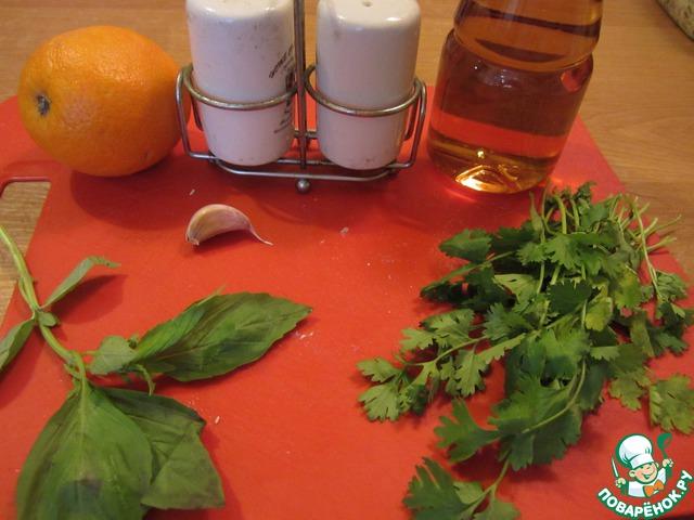 Теперь займемся приготовлением заправки. Для этого мне понадобится 1 апельсин (сок ~ 50 мл), 2 ст. л. яблочного уксуса, зелень кинзы, 1 веточка базилика, 1 зуб. чеснока, соль и перец по вкусу.