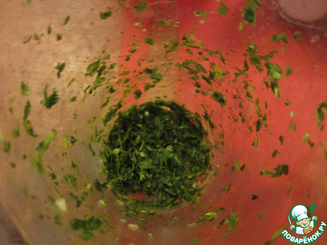 Измельчим на блендере зелень кинзы, базилик и зубчик чеснока до кашицеобразного состояния.