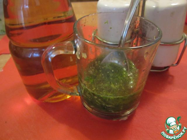 Смешаем в стакане смесь из блендера с апельсиновым соком, добавим 2 ст. л. яблочного уксуса, посолим и поперчим по вкусу.