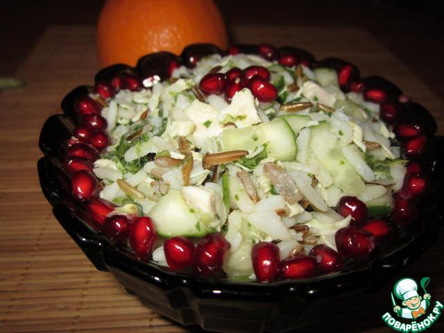 Салат выложим в тарелку, украсим... я украшала зернами граната.