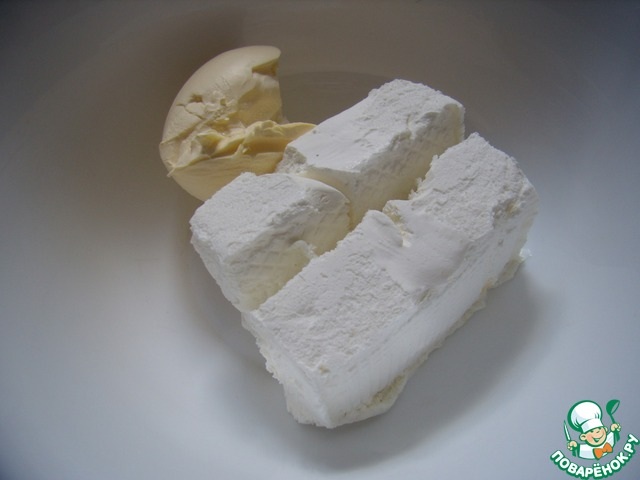 В миску с мукой добавить мягкое мороженое и масло комнатной температуры. Перемешать.