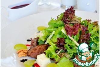 """Салат с куриной печенью фламбе, фенхелем и виноградом """"La dolce vita"""""""