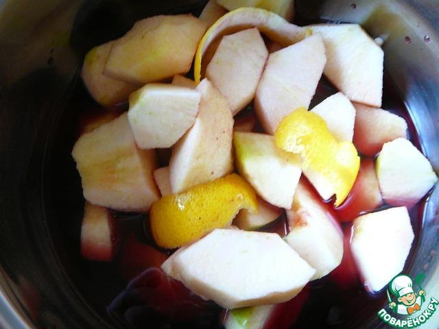 Заливаем яблоки и цедру вином, засыпаем сахаром. Если яблоки не сладкие, количество сахара можно увеличить. Как только смесь нагреется, мы почувствуем удивительный аромат!