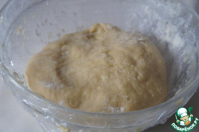 Руками замесить мягкое эластичное тесто. Месить 5-7 минут. Тесто может липнуть к рукам, но муку не подсыпать.
