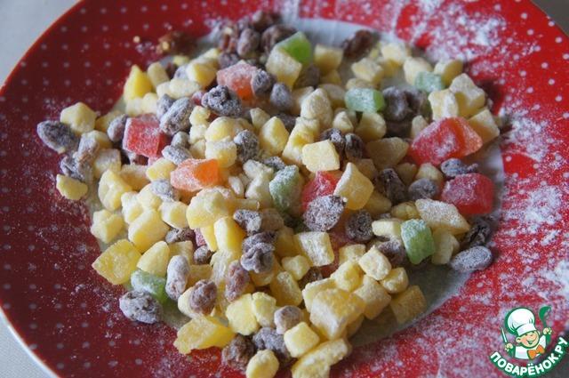 Нарезать кубиками марципан, добавить изюм и цукаты, обвалять их в муке.