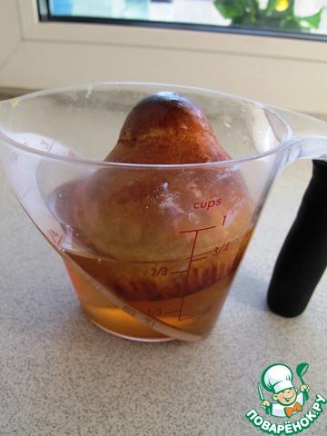 Хорошенько размешав, раствор нужно вылить в неглубокую посуду и туда же положить горячие булочки. Полейте их со всех сторон, чтобы они как следует пропитались в сиропе.