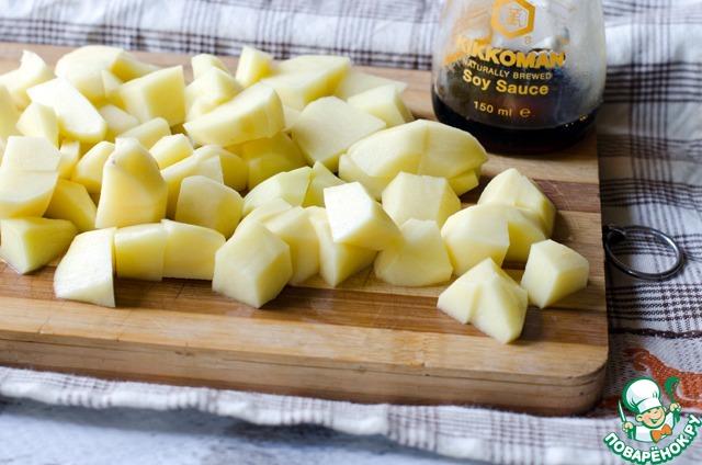 Картофель очистить и нарезать кубиками. В бульон высыпать картофель и обжаренные лук и морковь. Варить до готовности овощей. Посолить и поперчить по вкусу.