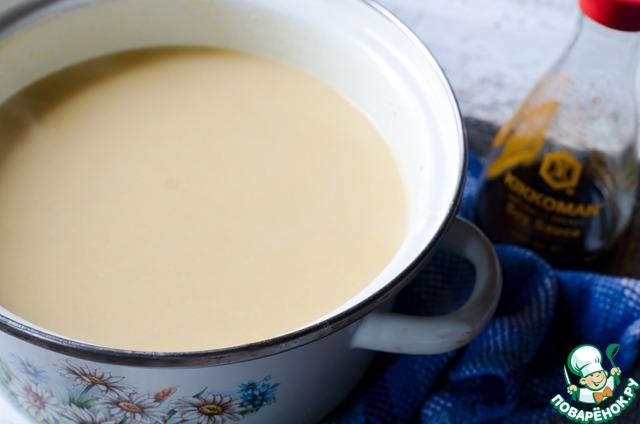 Когда овощи в супе будут готовы, снять его с огня и пюрировать с помощью блендера. Затем влить сливки и прогреть суп.