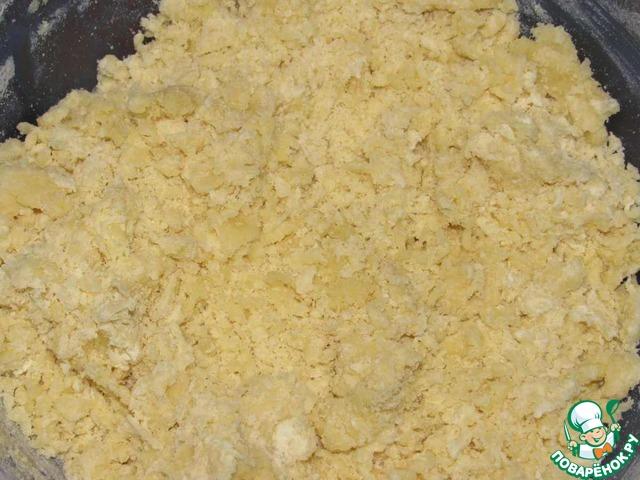 Из муки, масла, сахара и 1 стакана кипящего молока замесить тесто. Оно будет очень рассыпчатым.