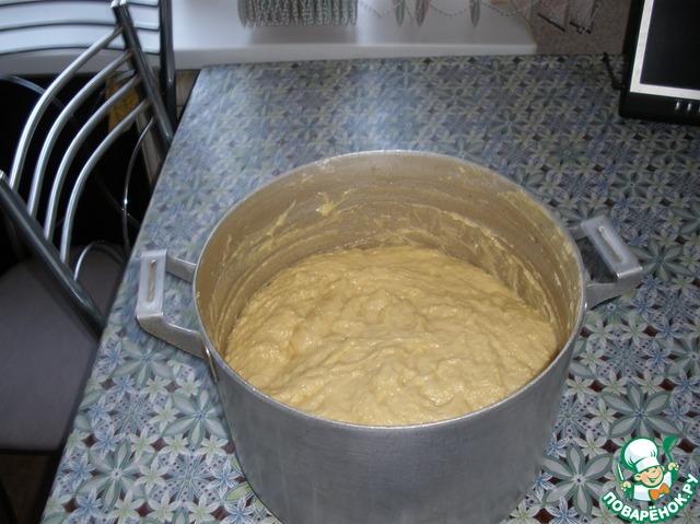 П.1. Смешать в большой кастрюле: яйца (8 шт+2 желтка), сахар, сметану, маргарин, масло сливочное.   п.2. В теплом молоке растворить дрожжи.    п.3. Смешать п1. и п2.     Накрыть полотенцем. Оставляем на 12 часов бродить. (Я ставлю на ночь)