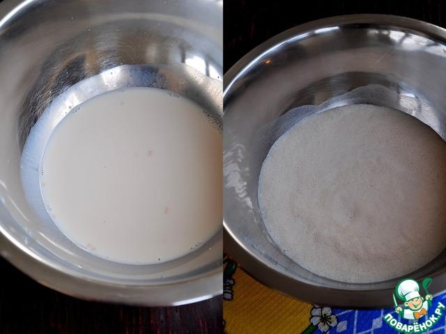 Растереть дрожжи с сахаром, залить теплым молоком, оставить минут на 15.