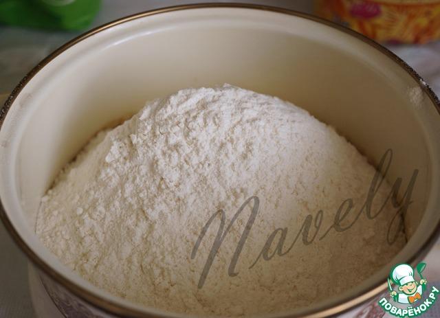 Утром просеиваем в кастрюлю с нашей смесью муку, добавляем ванильный сахар.