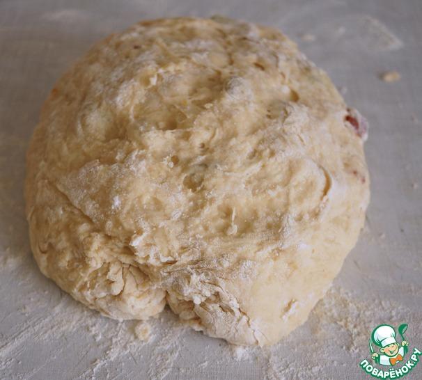 Затем вымешиваем тесто на столе, по необходимости подсыпая муку, но не переборщите с мукой, тесто должно оставаться мягким и нежным.