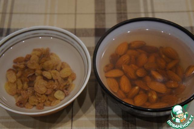 В моей семье не слишком жалуют изюм, но очень любят орехи. Поэтому я вместо 300 г изюма взяла 100 г изюма, 100 г миндаля и 100 г цукатов.    Изюм надо перебрать, освободить от остатков веточек и залить горячей водой на 15 минут. Миндаль залить крутым кипятком на 3-4 минуты.