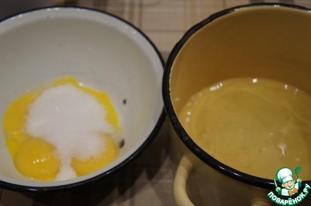 Пока наша опара подрастает, надо успеть отделить белки от желтков. Желтки растереть с сахаром и ванильным сахаром добела. Белки взбить со щепоткой соли в стойкую пену.