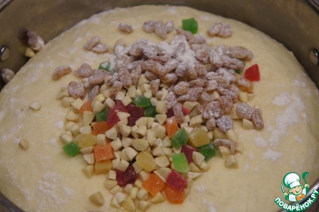 У меня на это потребовалось 50 минут. Извлечь тесто из духовки, добавить в него изюм, цукаты и миндаль. Настоятельно рекомендую не измельчать миндаль в блендере, а именно нарезать его на кусочки на дощечке ножом.