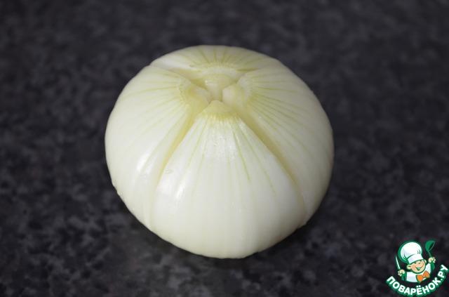 Тонким, острым ножом, аккуратно разрежьте луковицу, не дорезая до конца около 0,5 см.   Надрез делается с верхней стороны там, где растет перо.    Затем, еще раз разрежьте пополам, тоже не дорезая до конца 0,5 см.