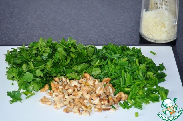 Орехи порубить, зелень помыть и порезать крупно (у петрушки, убрать крупные веточки). Пармезан, натереть на мелкой тёрке.   С помощью блендера или кухонной машины, превратить все ингредиенты в пасту!    Если Вам покажется, что соус густоват, добавьте еще оливкового масла. Соль и перец - по вкусу.    Отварить спагетти (альденте), добавить 3-4 ложки песто, перемешать. Подавать с тёртым пармезаном!    Песто, отлично подходит к мясу и рыбе. Я мажу песто просто на чёрный хлебушек и пью с чаем, кто хочет может положить сверху кусочек сыра или колбаски.