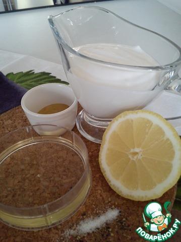 Смешиваем до однородной массы масло, лимонный сок, горчицу, соль, перец.