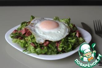 Салат с сервелатом и яйцом