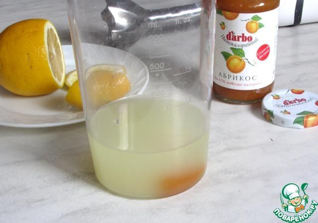 В стакан для взбивания или высокую банку вылить сыворотку, добавить 1 ч. л. конфитюра и сок из одной дольки лимона.