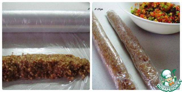 Из полученной массы нужно сформировать две колбаски, завернуть в пищевую пленку и отправить в холодильник минут на 30.